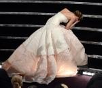Con semejante vestido la caída queda hasta bien!